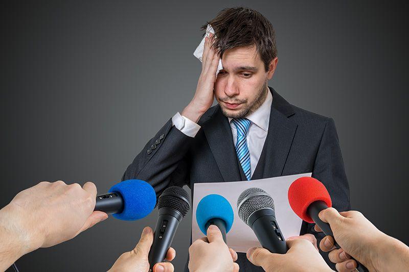 Hombre que tiene miedo a hablar en publico